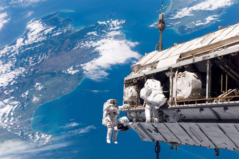 МКС в орбита над Земята