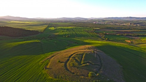 Символа, който се намира в огромната елипса прилича на знак от линеарното Б писмо/ сн. loza.mk