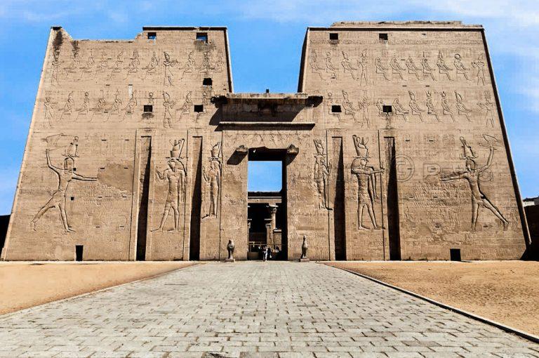 Храмът Едфу в Египет, разположен на Западния бряг на Нил